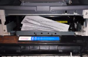 Почему принтер зажевывает бумагу?